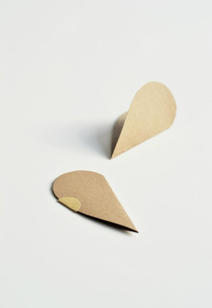 pequeñas tarjetas en forma de corazón pegados con un mensaje dentro, como decorar una carta paso a paso en fotos