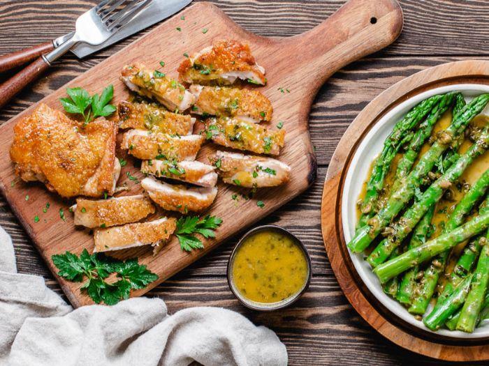 pollo crujiente con salsa y espárragos verdes, comidas ricas y fáciles de preparar en casa, fotos de comidas caseras