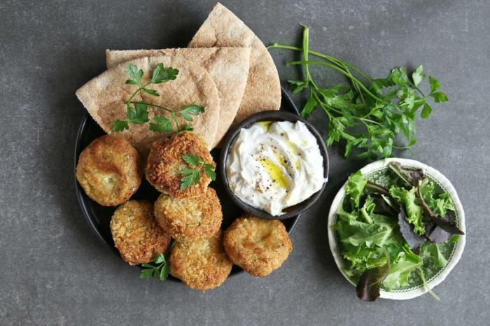 albondigas vegetarianas con hummus casero, verduras y pan arabe, las mejores ideas de meriendas saludables para toda la familia