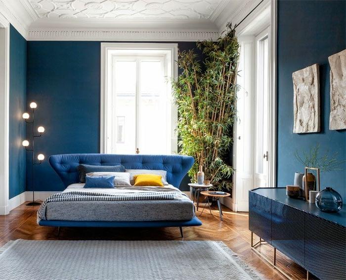 las mejores ideas sobre cómo decorar un dormitorio según las últimas tendencias, paredes en colores azul y cuadros decorativos en la pared
