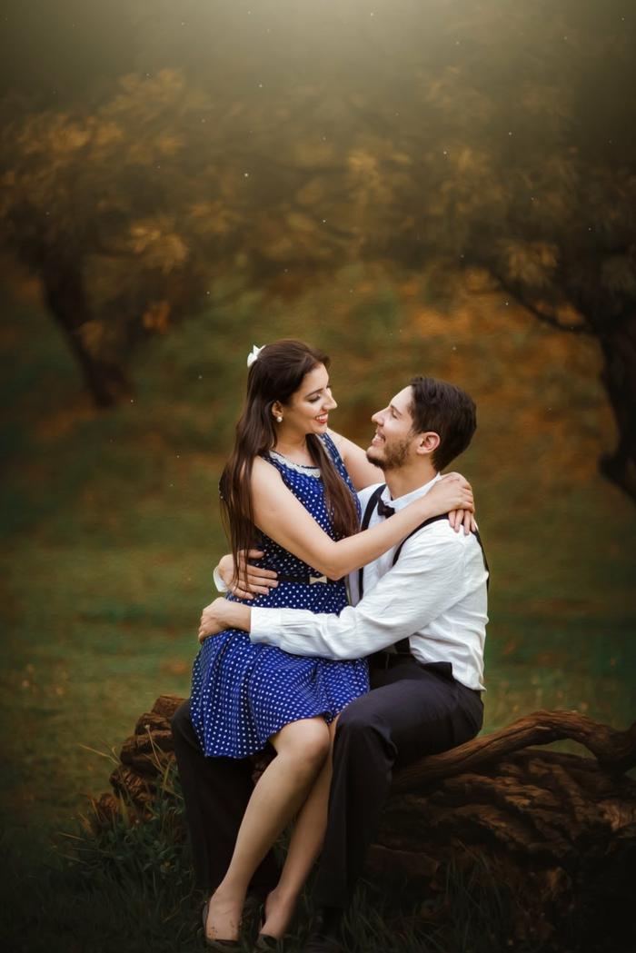 pareja enamorada en el bosque, tarjetas de amor y fotos romanticas de parejas para enviar, ideas san valentin