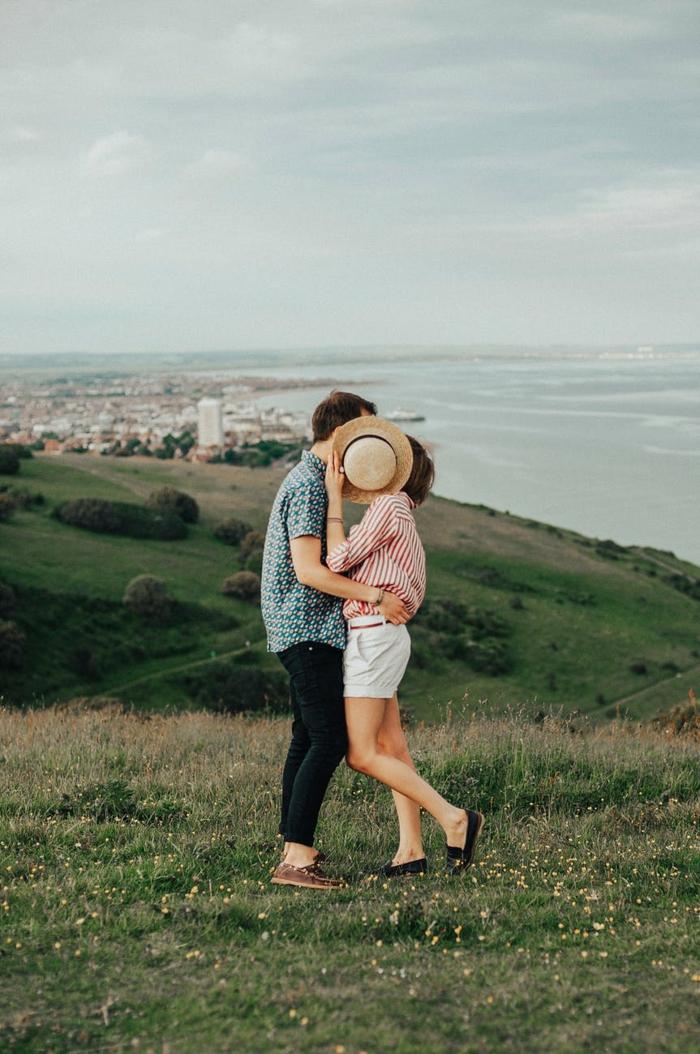 dos enamorados y bonita vista al mar, fotos de naturaleza e imágenes románticas de enamorados, fotos bonitas de parejas