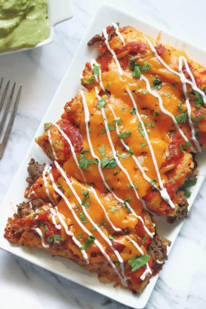 enchiladas con carne picada, tomates y queso cheddar, fotos de comidas con carne ricas y fáciles de preparar en casa
