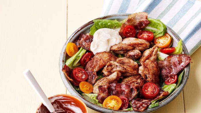 ensalada con verduras, alas de pollo, salsa de mayonesa, tomates uva y verduras, ideas sobre como preparar ensaladas keto