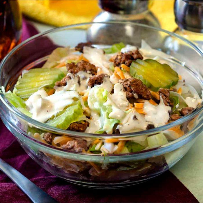 super ricas propuestas de recetas de ensaladas, ensalada con pepinos, carne y salsa de mayonesa, fotos de ensaladas keto