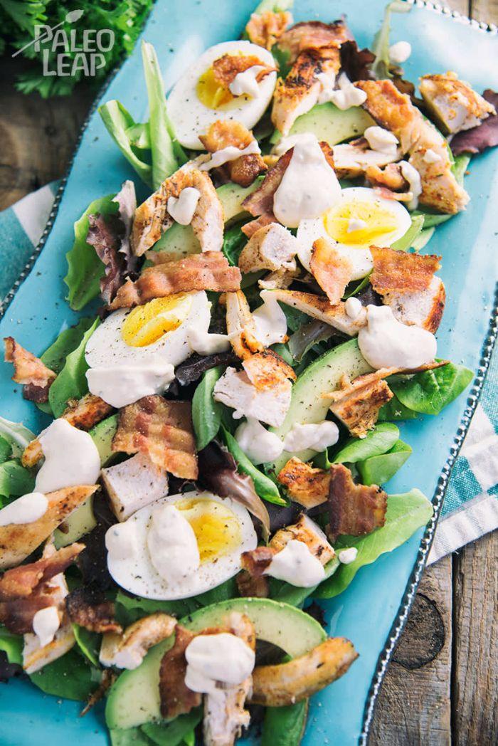 ideas sobre qué es la dieta cetogenica, ensalada con aguacate, huevos, tocino, salsa de mayonesa, las mejores recetas de ensaladas en fotos