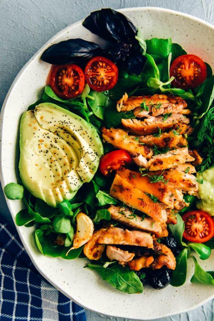 dieta cetogenica ejemplo pollo con verduras, lechuga fresca, tomates uva y aguacate, ideas de platos para una dieta equilibrada