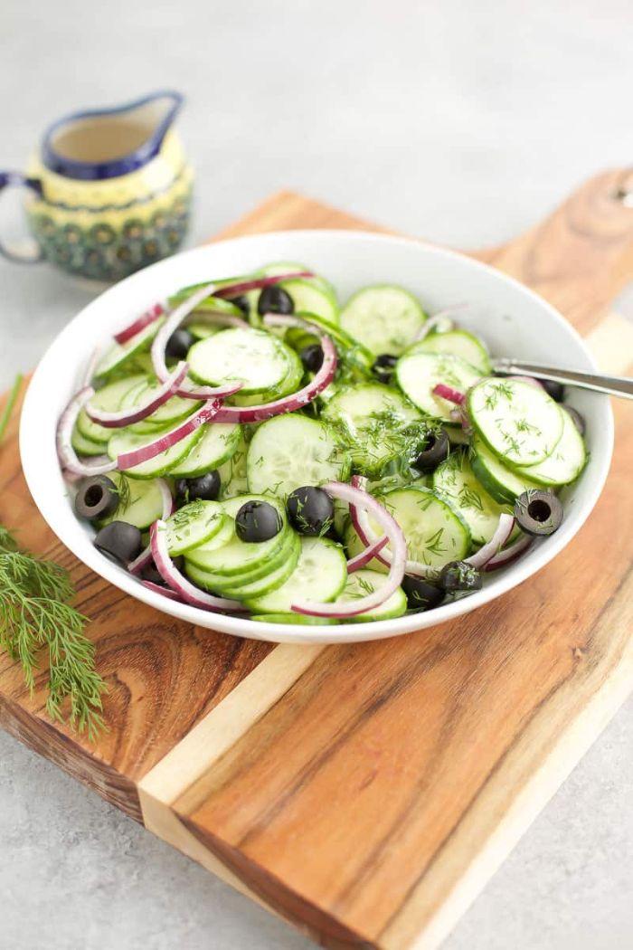 dieta cetogenica ejemplo, ensalada de pepinos con aceitunas negras y cebolla roja, ensaladas para cenas ligeras ideas