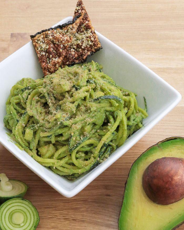 espaguetis con salsa de aguacates y pimienta negra, las mejores ideas de platos para preparar dieta cetogenica ejemplo