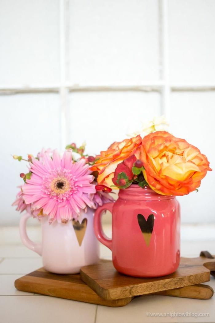 decoración para la mesa con frascos de vidrio y flores, frascos decorados con corazones, ideas para decorar la casa
