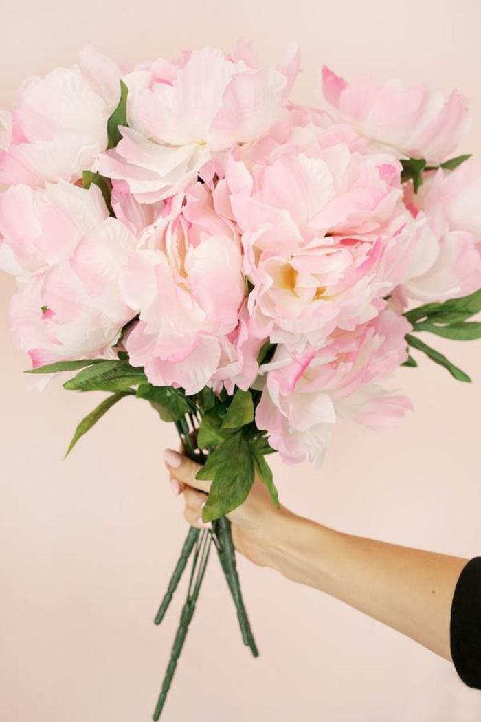 materiales necesarios para hacer decoracion san valentin, corona de flores artificiales color rosado, manualidades para decorar la casa