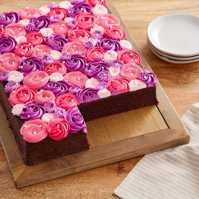 cómo decorar una tarta de chocolate con glaseado en color rojo y morado, ideas de tartas ricas y faciles de decorar en casa