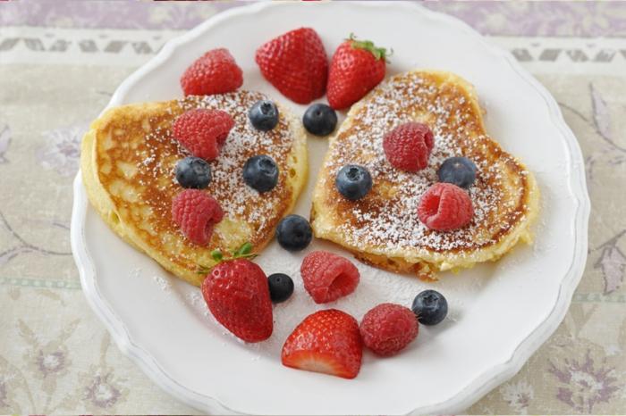crepes esponjosos con arandanos, frambuesas y fresas, sorprender a tu pareja ideas frescas y originales, desayunos romanticos