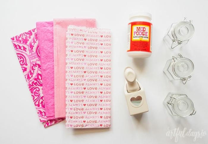 materiales necesarios para hacer una decoración San Valentín DIY, frascos DIY decorados con papel mache, ideas de manualidades