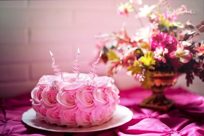 propuestas románticas para el dia de san valentin, cena para dos para celebrar el dia de los enamorados, tarta con nata y flores de campo