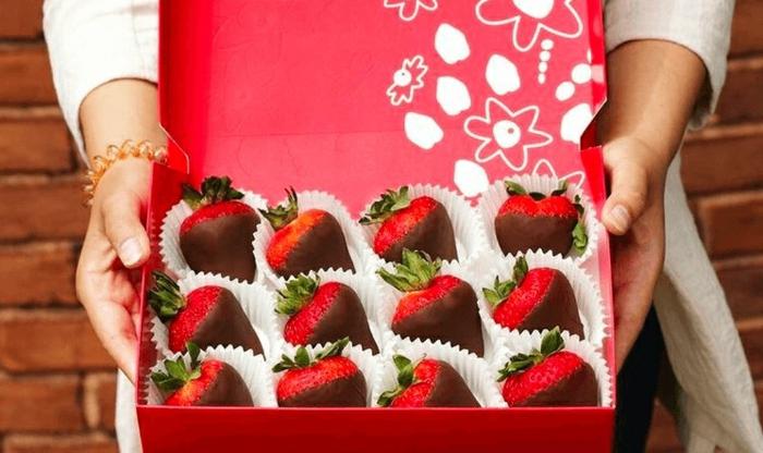 caja llena de fresas hundidas en chocolate, las mejores ideas de postres romanticos para el dia de san valentin, fotos de regalos