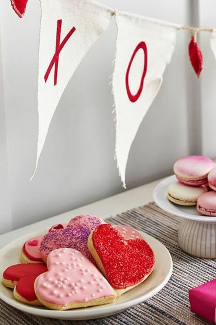 galletas decoradas con glaseado en rosado y rojo, fotos de tratos y regalos para San Valentín, ideas san valentin originales