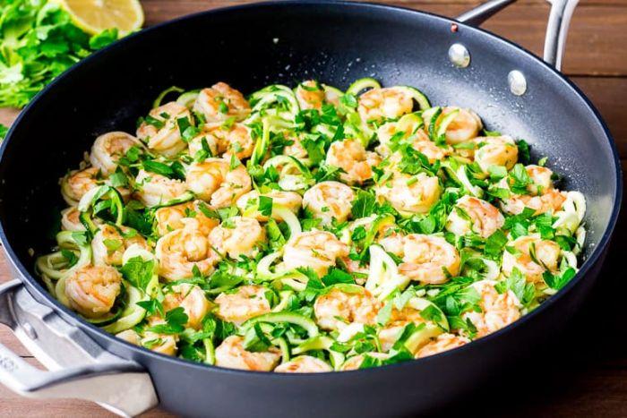 gambas con pepino rallado y perejil, ideas de recetas frescas para cenas ligeras, dieta cetogenica ejemplo en imagenes