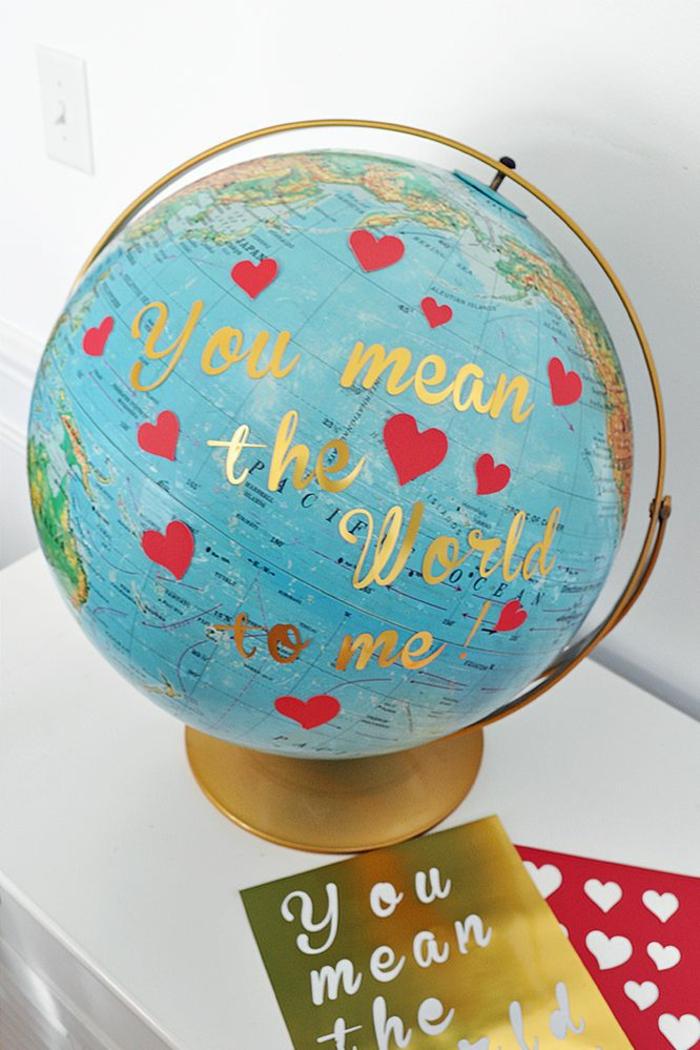 globo decorado con pegatinas en diferentes colores, decoración casera DIY paso a paso en imagenes, ideas san valentin