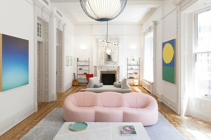 colores y estilos decorativos en tendencia en 2020, salón grande con dos sofás decorado en tonos pasteles y pálidos