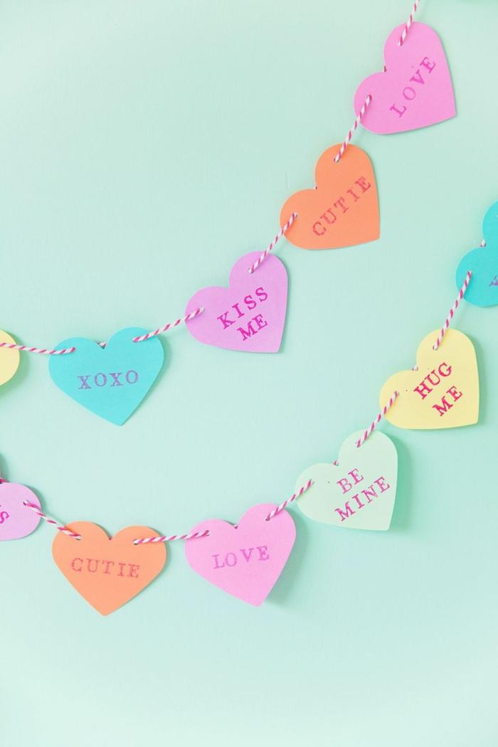 corazones de papel en colores pastel, guirnalda DIY para decorar el espacio en el dia de san valentin, fotos de decoracion