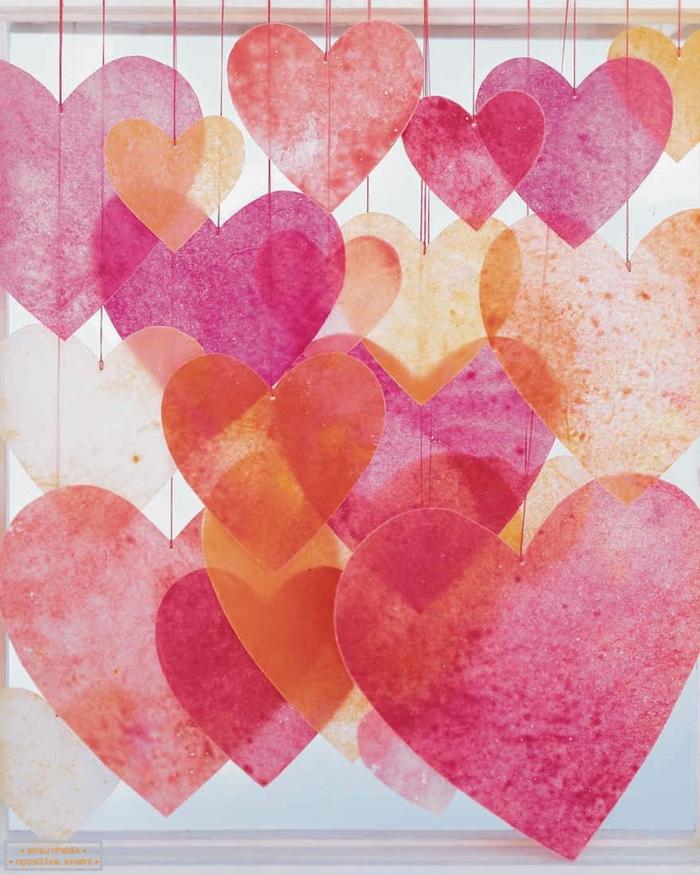 bonita guirnalda de trozos de papel en forma de corazón, ideas para decorar la casa en navidad, fotos de decoracion casera
