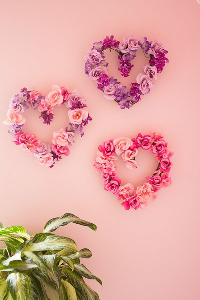 coronas de flores falsas en rosado y lila, ideas para decorar la pared, las mejores ideas de decoraciones caseras DIY