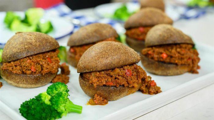 ricas hamburguesas con carne picada y tomates, recetas fáciles y rápidas para preparar en casa, fotos de comidas caseras