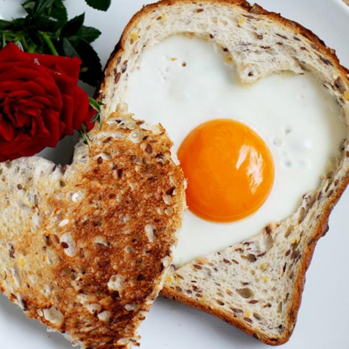 mixto de huevo enforma de corazón, originales ideas de desayuno regalo para sorprender a tu pareja