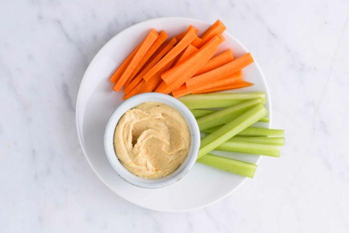 humus casero de garbanzos con palitos de anahorias y pepinos, ideas de recetas saludables originales en bonitas fotos