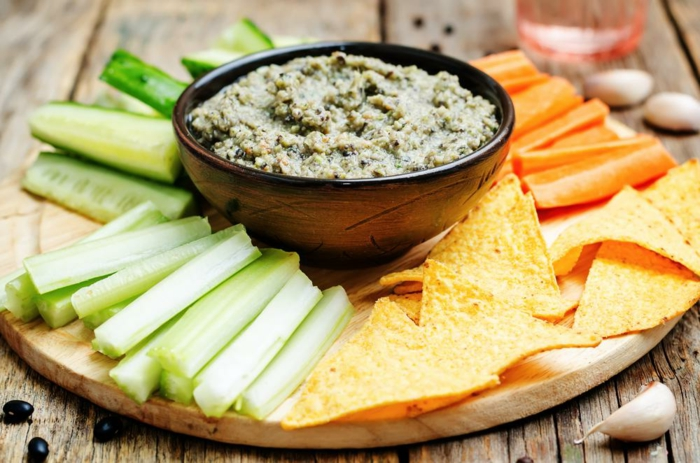 pepinos, nachos, zanahorias y hummus casero de frijoles negros, ideas de meriendas sanas y fáciles de preparar para toda la familia