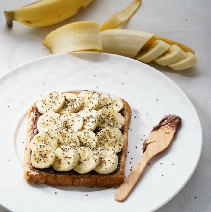 fantasticas ideas de meriendas para niños, meriendas nutritivas y ricas, tostada con chocolate, plátano y semillas de chia