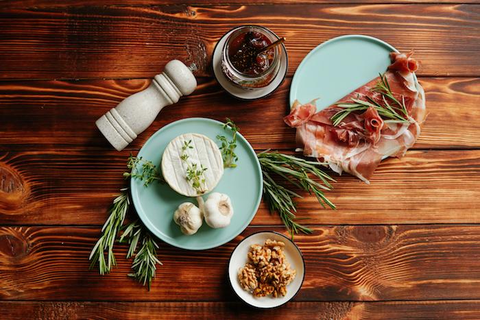 ingredientes necesarios para hacer entrantes keto queso brie lonchas de jamon romero miel ideas de recetas con jamon paso a paso