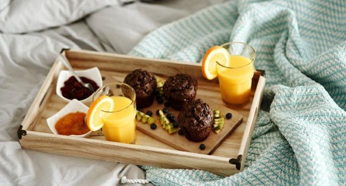 magdalenas de cacao con harina integral y chispas de chocolate, ideas de recetas de postres saludables y faciles de hacer