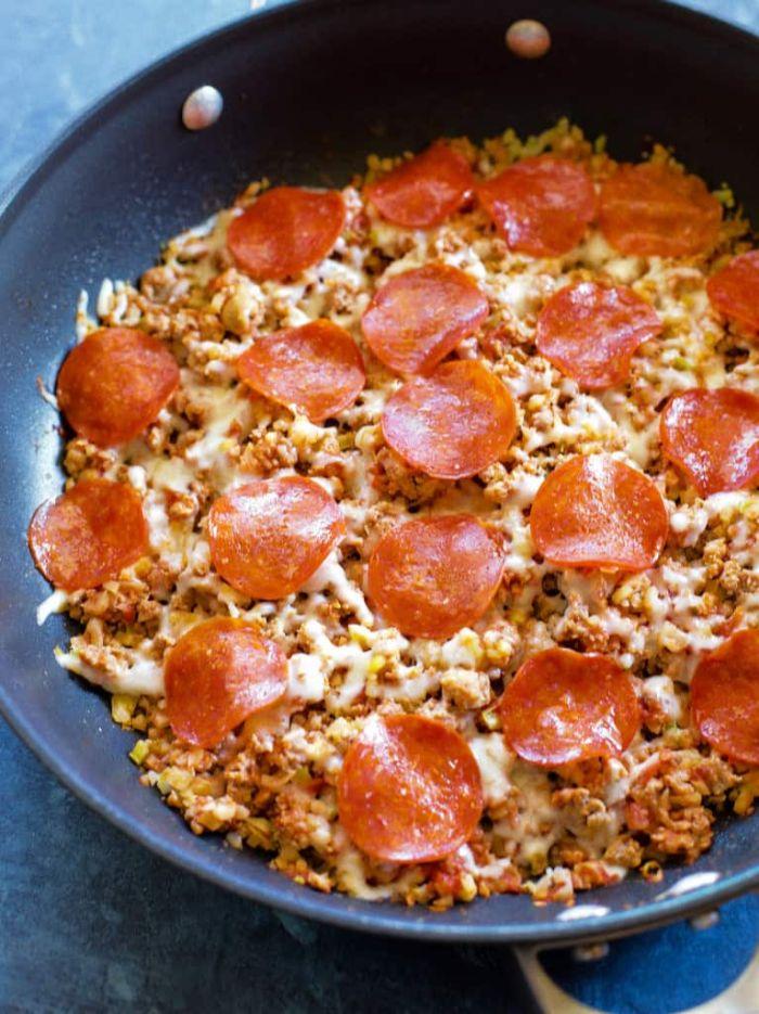 carne picada con quesos y chorizo en sartén, originales ideas de recetas cetogenicas, comidas rápidas y fáciles para preparar en casa