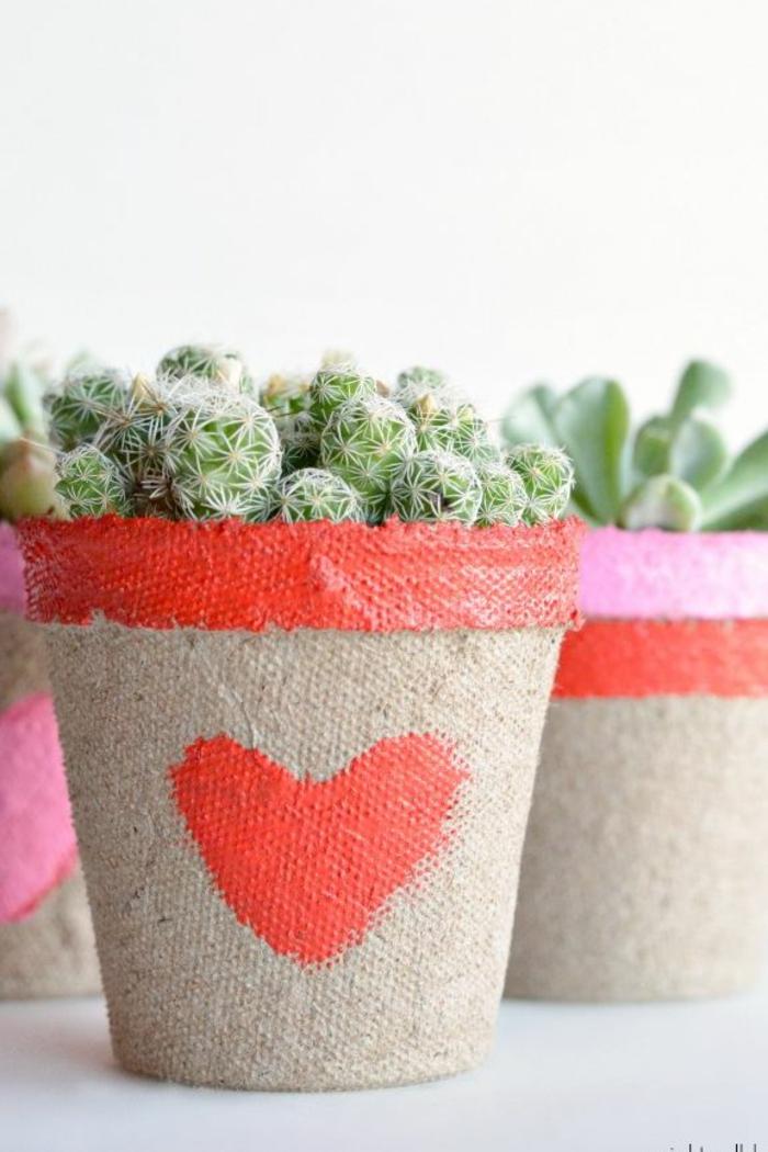 maceta de suculentes decorada en rojo, corazon rojo dibujado en la maceta, decoracion de san valentin originales ideas