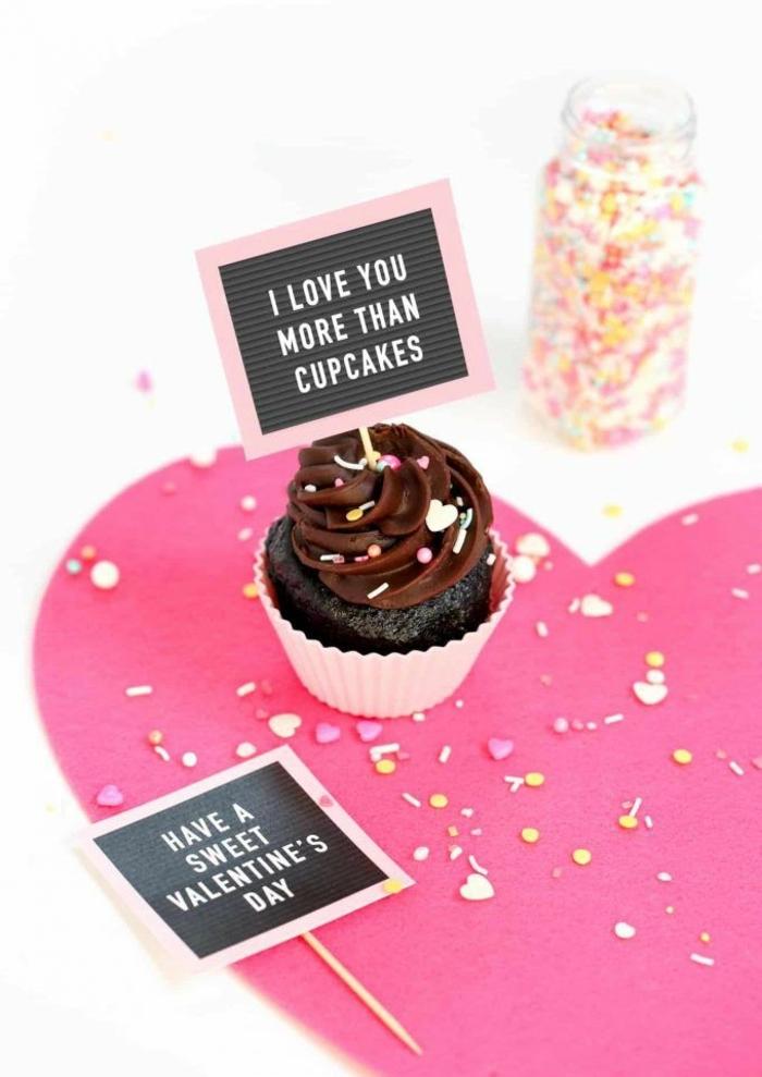 magdalenas con chocolate con tarjetas de amor para regalar en 14 de febrero, las mejores ideas de tratos para tu pareja