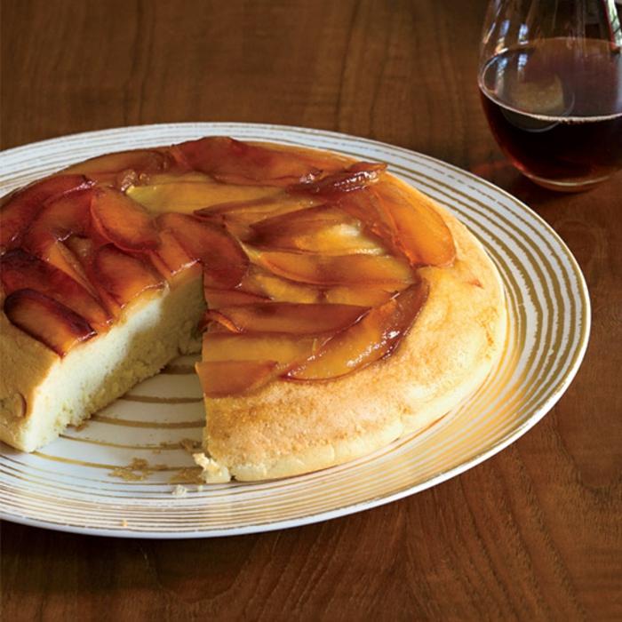 tarta de bizcocho con manzanas, ideas de recetas otoñales con manzanas, las mejores ideas de pasteles caseros