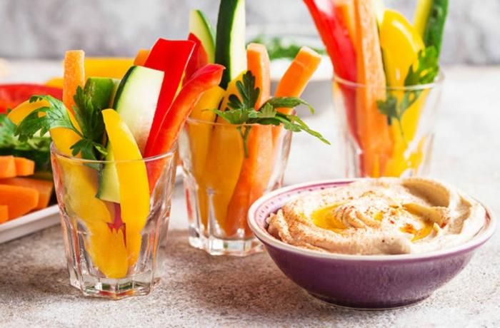 hummus casero con aceite de oliva y pimienta roja y vegetles frescos para un merienda para adelgazar, recetas f'aciles y sanas