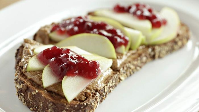 tostada con manteca de mani, manzanas y mermelada de frutas, ideas de meriendas y postres saludables en imagenes