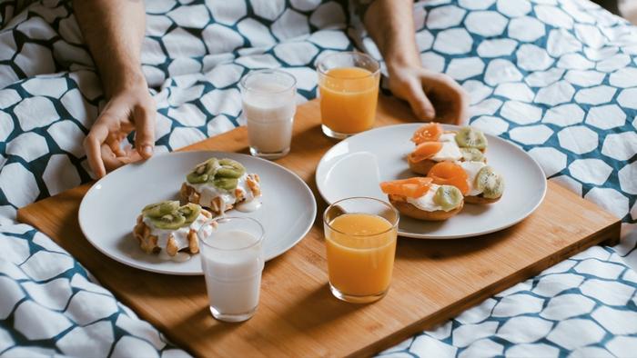 gofres saladas con crema y frutas, originales ideas para un desayno san valentin ligero y rico, fotos de desayunos