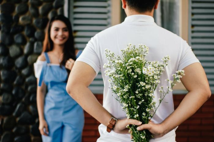 ideas sobre como sorprender a mi novia en San Valentín, propuestas originales y bonitas, flores de campo, parejas enamoradas