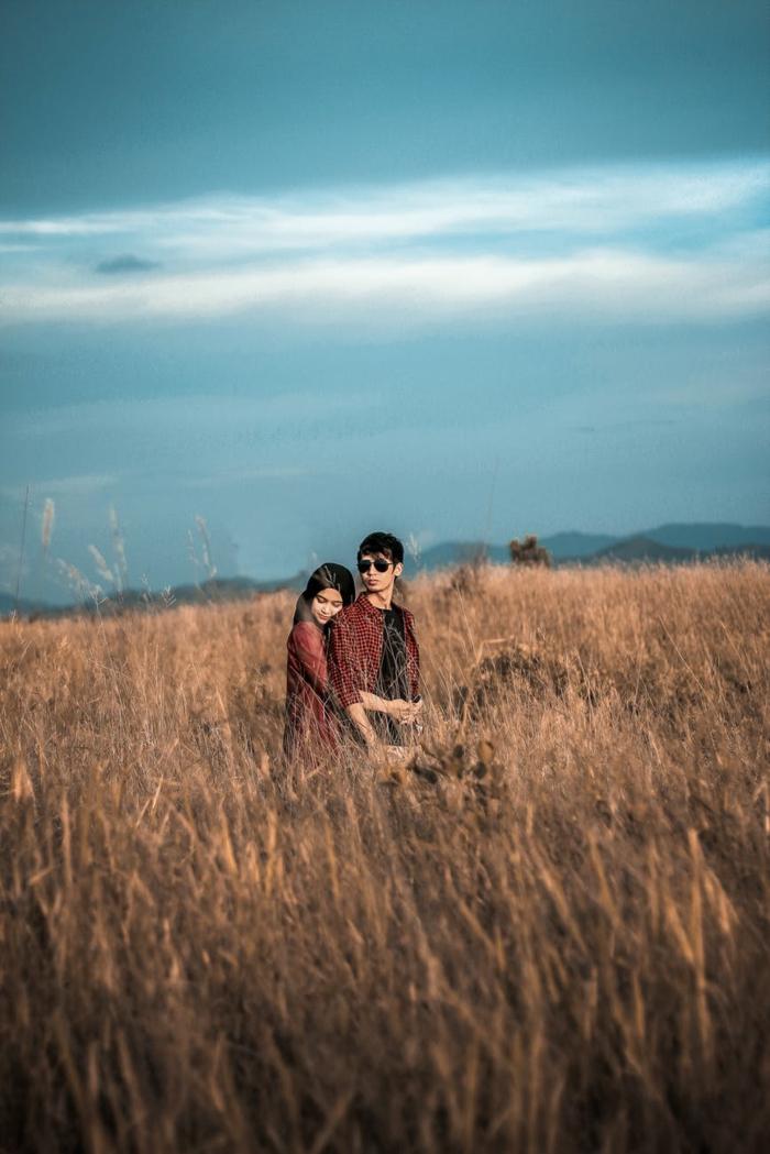 pareja enamorada en un campo, paisajes de amor románticos e inspiradores, originales ideas de fotos romanticas para descargar