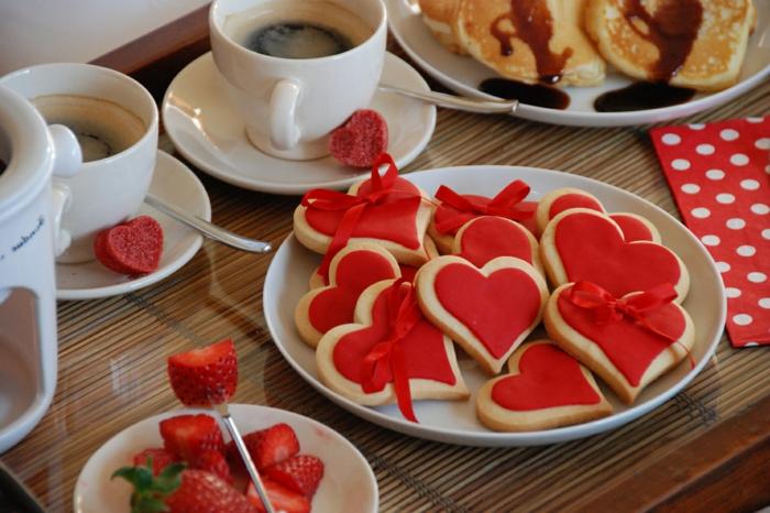 galletas en forma de corazón originales con glaseado rojo, fotos de dulces y pasteles para una cena san valentin