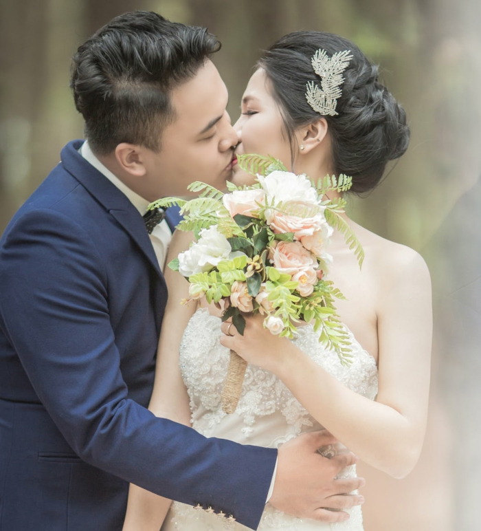 fotos de novios enamorados en el dia de su boda, ideas de imagenes de amor que inspiran, preciosas fotos con frases