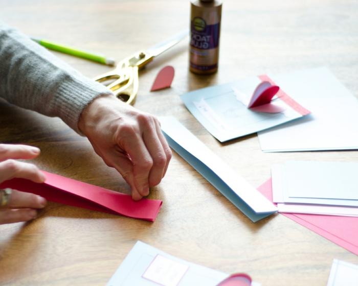 manualidades san valentin paso a paso, fotos de manualidades con papel y purpurina, tarjetas de san valentin paso a paso