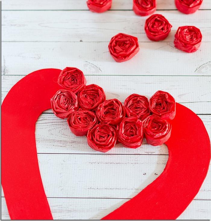 ideas sencillas de manualidades san valentin, corona roja con flores de papel, originales ideas de manualidades para decorar la casa
