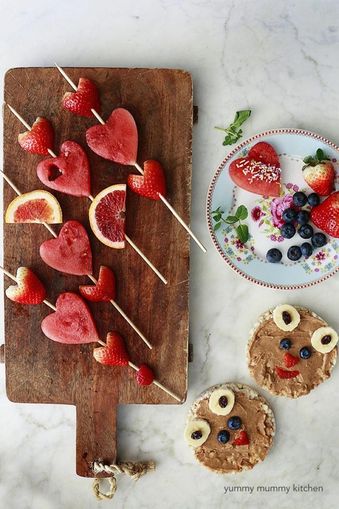 pinchos con fresas y sandia y galletas de arroz con manteca de cacahuetes, arandanos y platanos, meriendas saludables