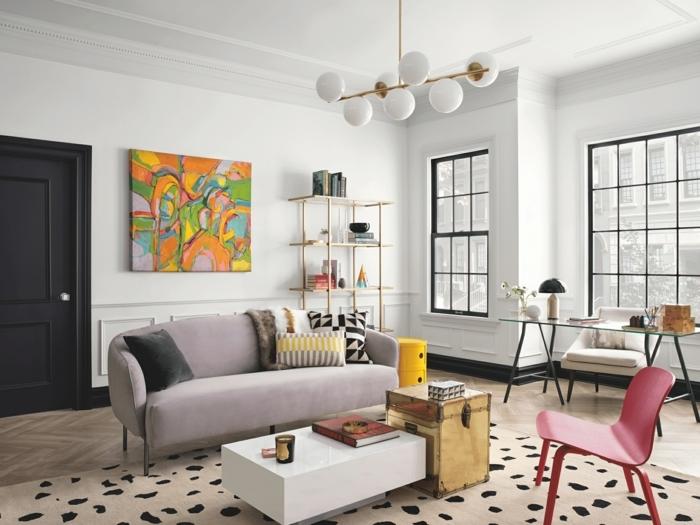 salón decorado en colores claros, sofá en gris super cómodo, salón grande decorado en estilo vintage con paredes blancas