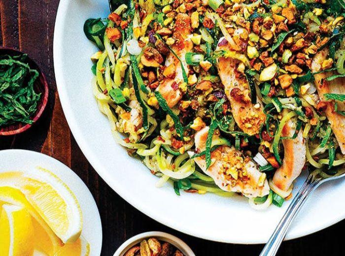 comidas con alimentos cetogenicos, ensalada rica y nutritiva con trozos de pollo y verduras, originales ideas de recetas keto